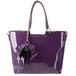 Fioletowa torebka lakierowana z brelokiem kokardą - fioletowy
