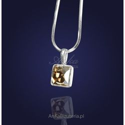 Wisiorek z kryształem Swarovskiego w kolorze Golden Shadow-elegancki złoty odcień.